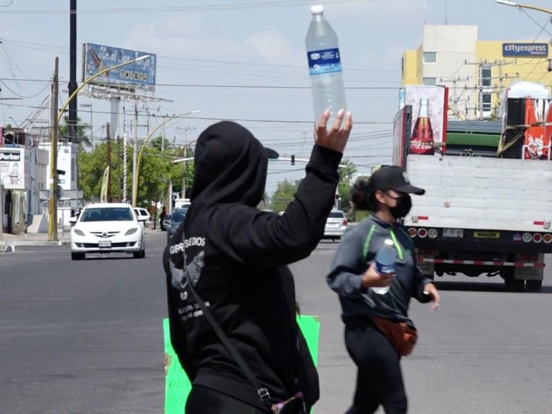 Venden botellas de agua para vencer al cáncer