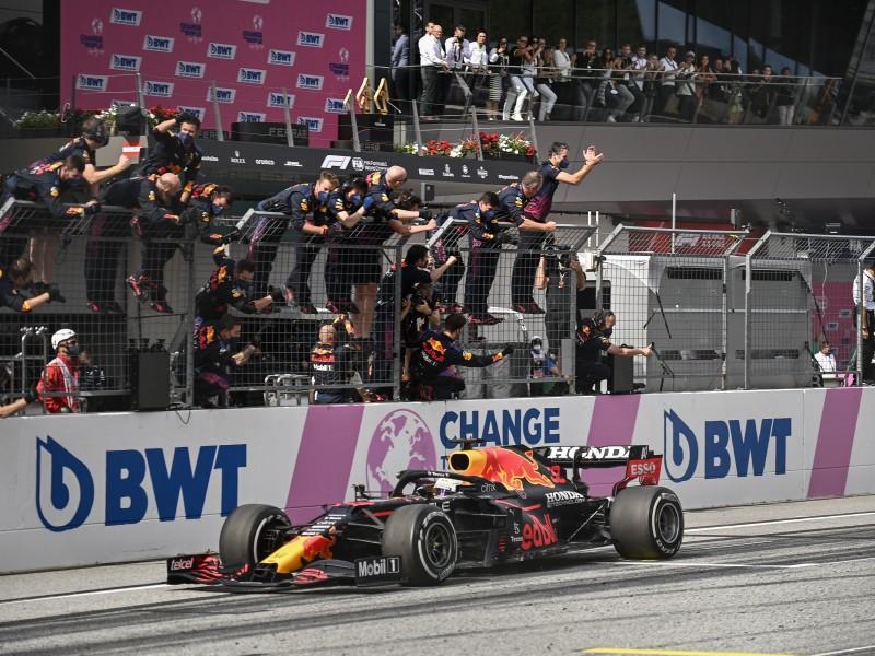 Verstappen refuerza liderato de Red Bull. Checo fuera de podio