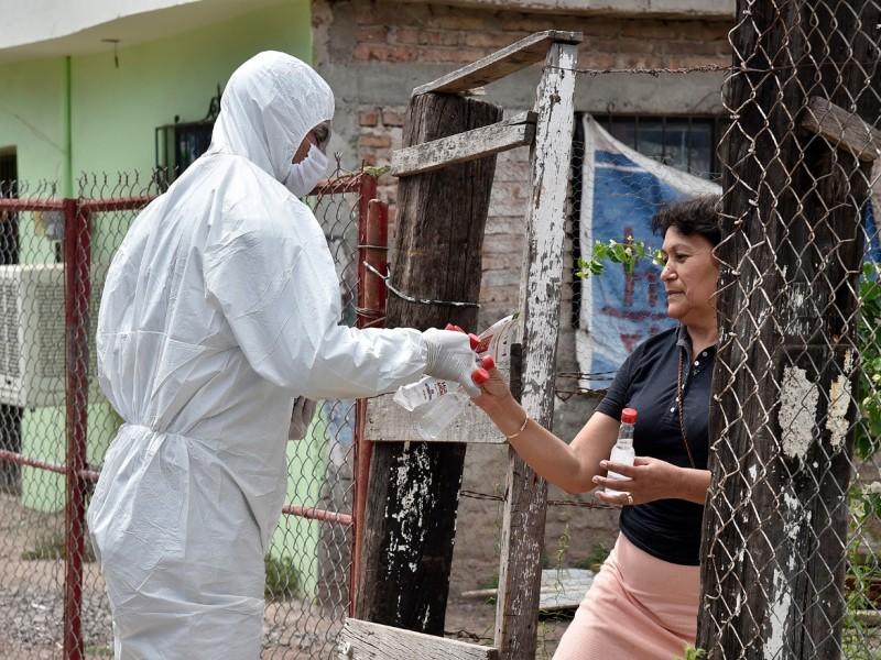 Vestidos de blanco, policías entregan gel antibacterial en colonias