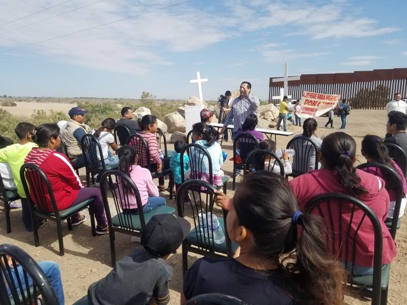 Viacrucis organizada por migrantes al puente Rio Colorado