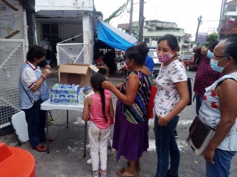 Vicentinas llevan alimentos a familiares de enfermos