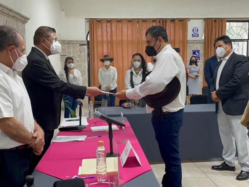 Víctor Chávez se registró como candidato a gobernador