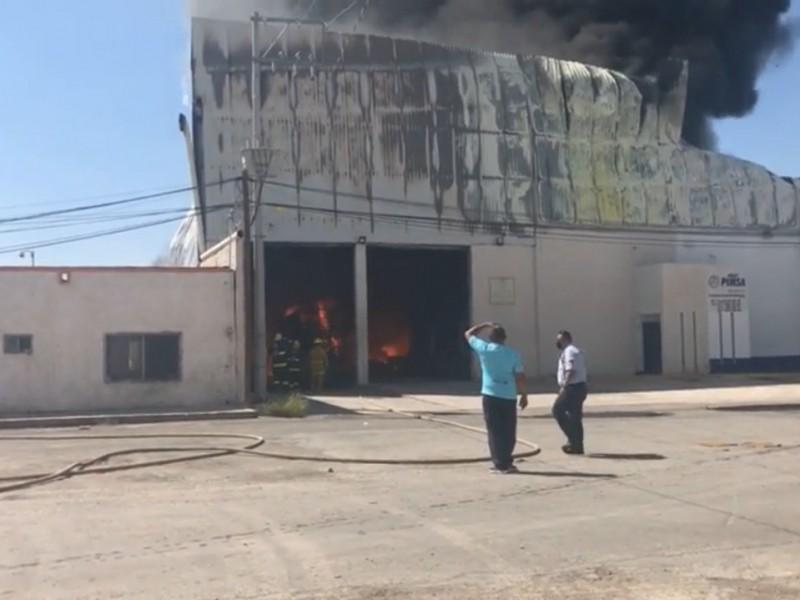 VIDEO: Fuego consume bodega en pequeña zona industrial de Torreón