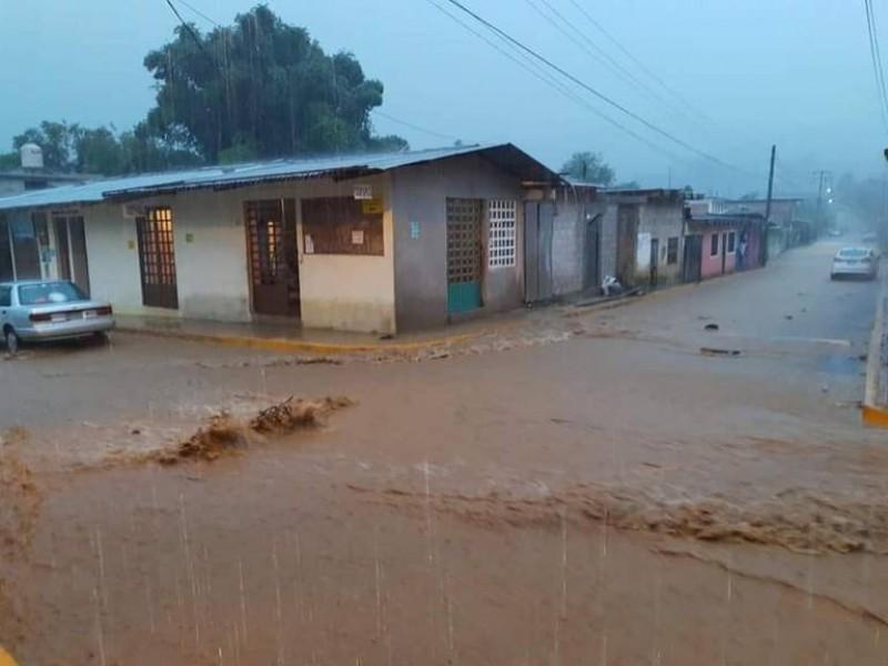(VIDEO) Se desborda río de Tlaola, hay tres lesionados