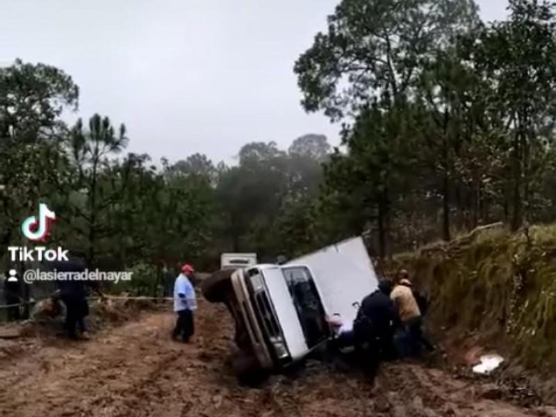 (VIDEO) Vuelca camioneta en Sierra Del Nayar por caminos destruidos