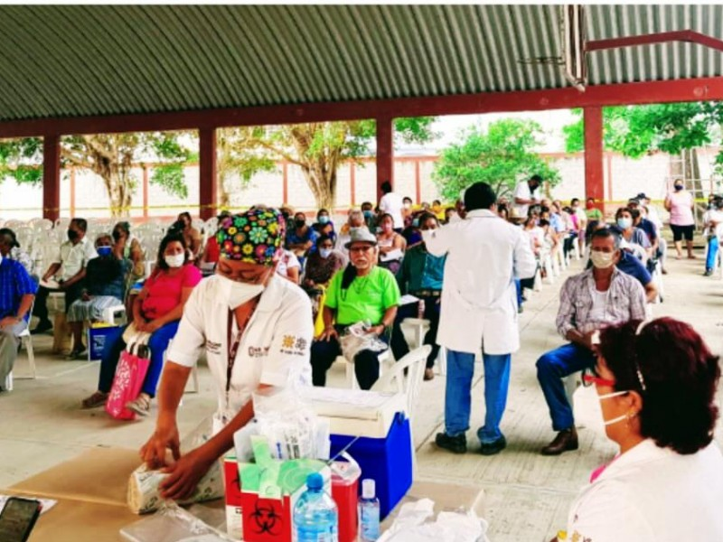 Vigilan salud de adultos mayores tras vacunación