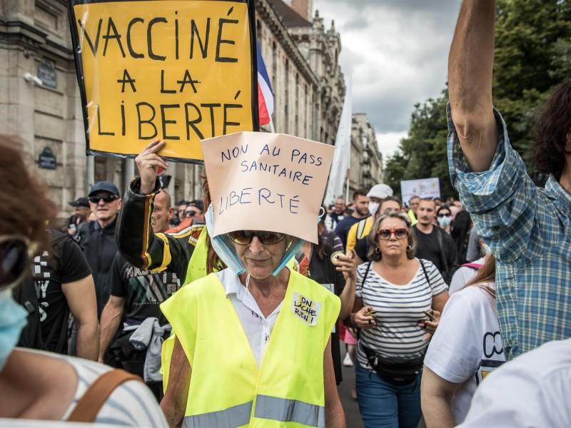 Violentas protestas por medidas anti-covid en Francia