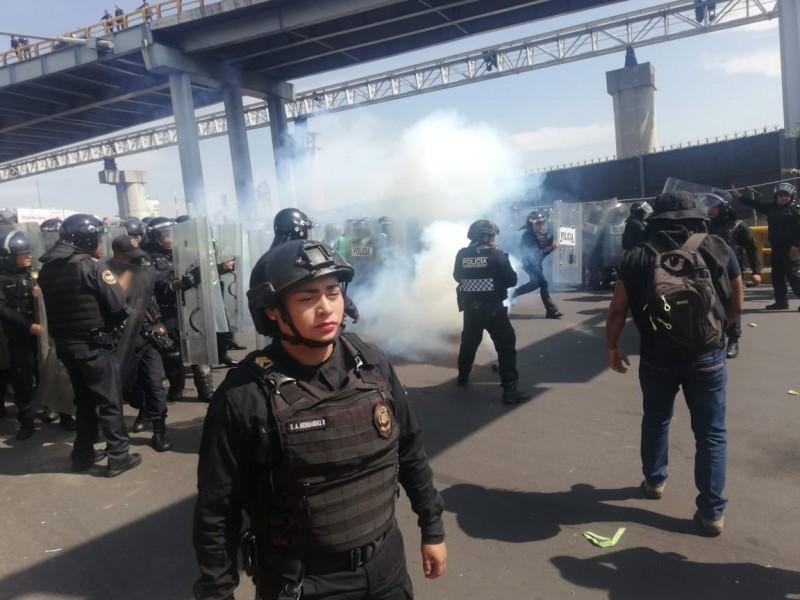 Violento enfrentamiento entre policías frente al AICM