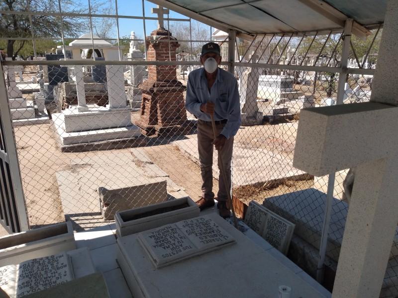 Visita la tumba de su mamá desde hace 37 años