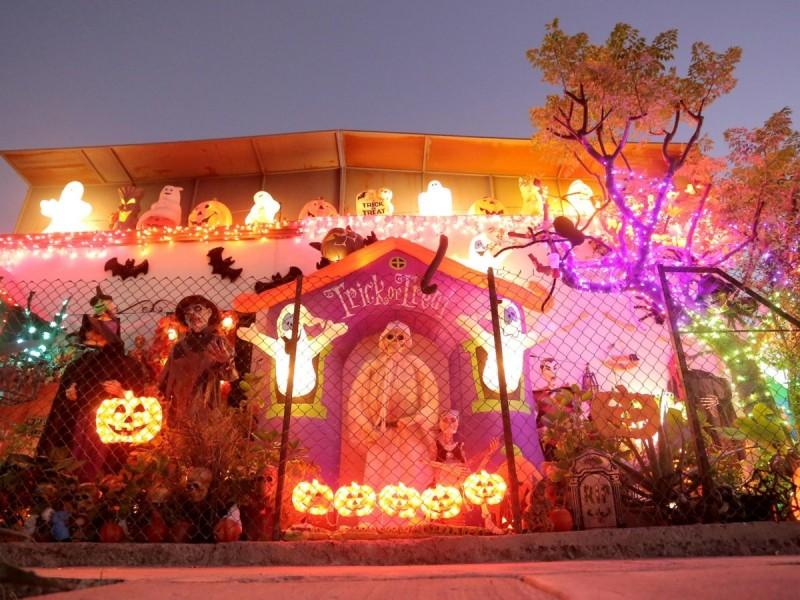 Visitan hermosillenses la Casa de Halloween en colonia San Benito