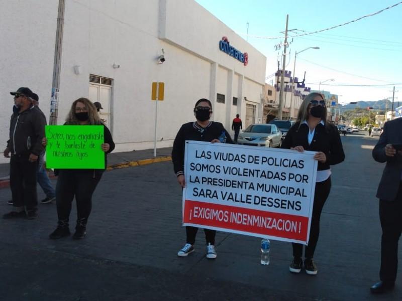 Viudas de Policías cierran calles, exigen pago de indemnización