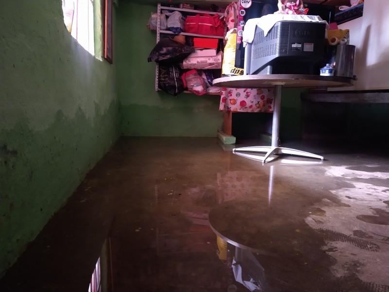 Vivienda continúa encharcada tras inundarse hace una semana