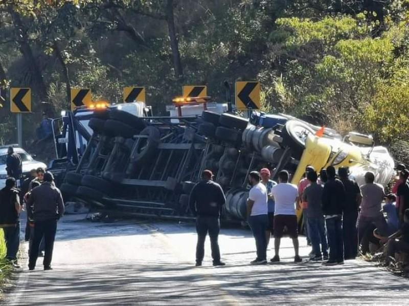 Volcadura de camión de cerveza paraliza carretera federal 200