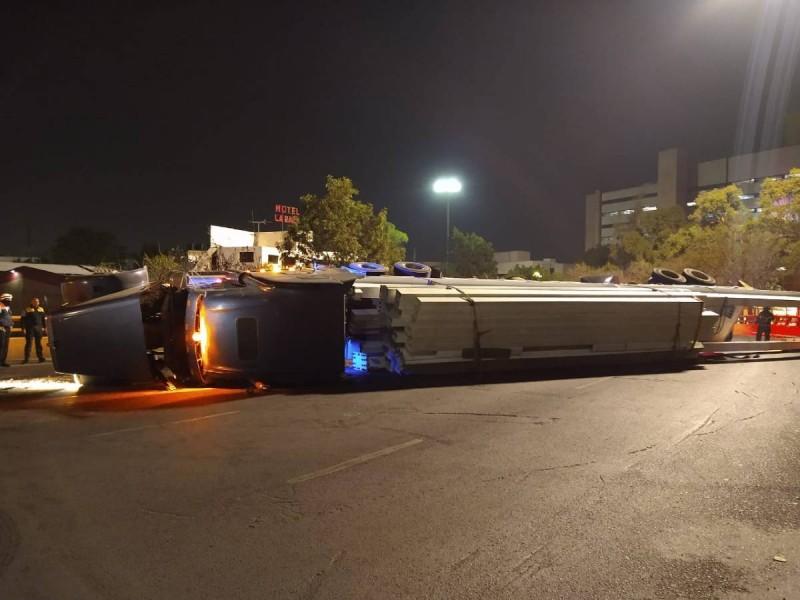 Volcadura de tráiler causa caos vial en Circuito Interior