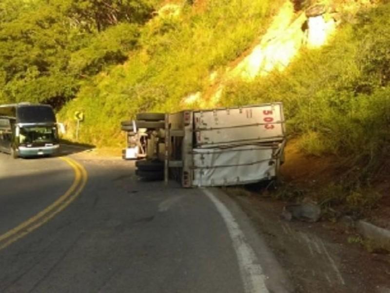 Volcadura de tráiler provoca cierre de carretera Tepic-Vallarta