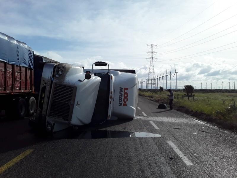 Volcaduras de camiones, responsabilidad que implica a autoridades y transportistas