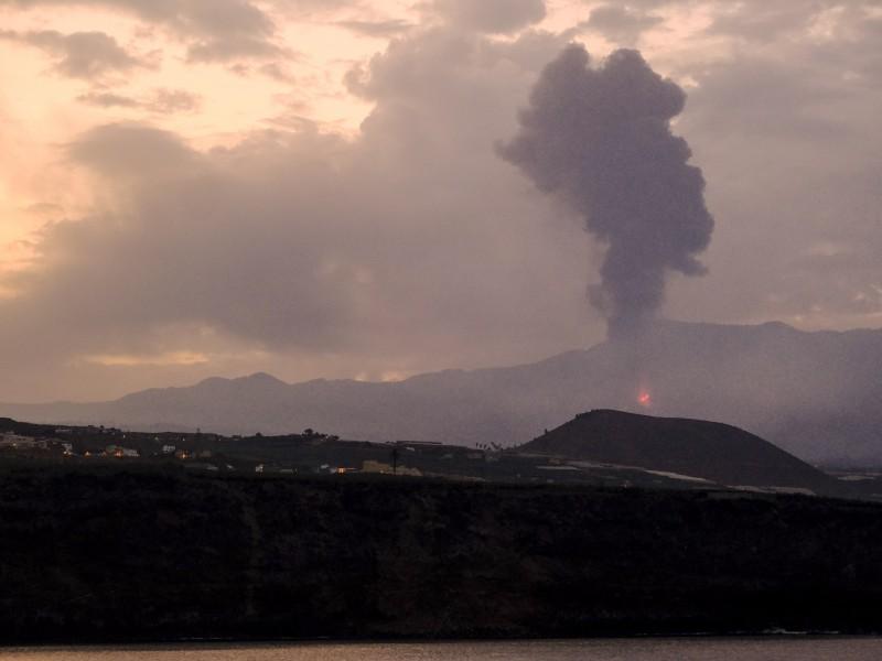 Volcán Cumbre Vieja vuelve a emitir lava y ceniza