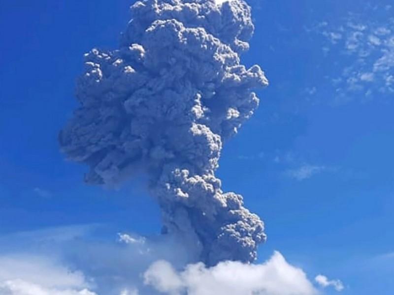Volcán Lewotolo entra en erupción, son evacuadas 4 mil personas