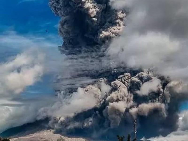 Volcán Sinabung en Indonesia entra en erupción