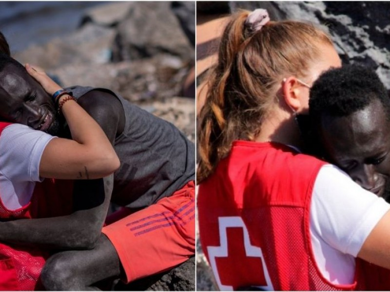 Voluntaria de la Cruz Roja, abraza a migrante en Ceuta