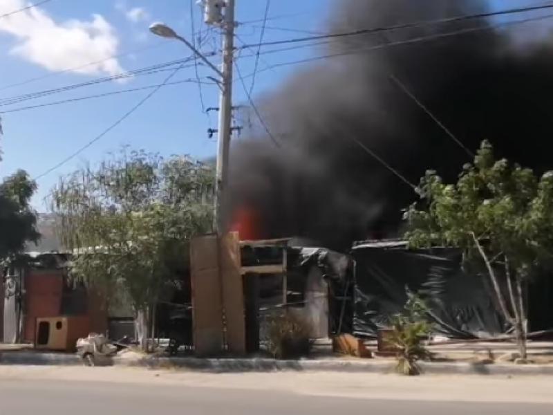 Voraz incendio afecta negocios de segunda en CSL