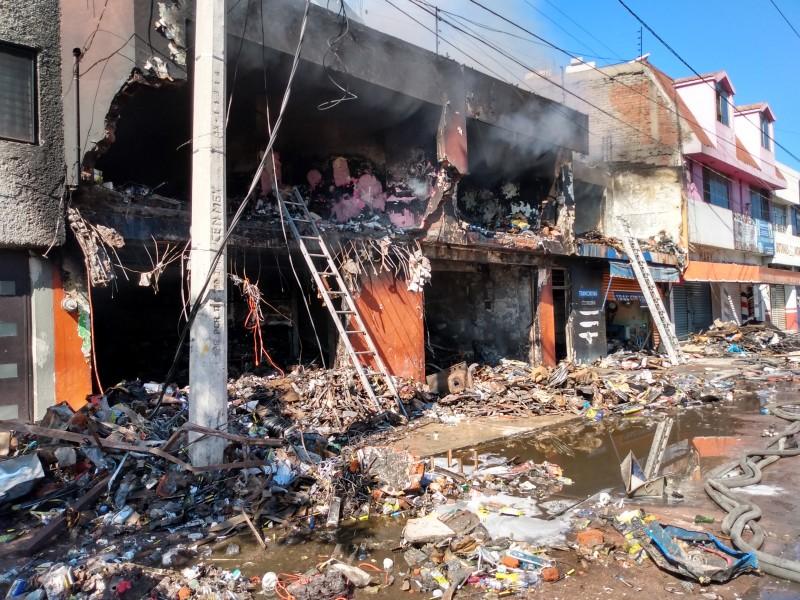 Voraz incendio consume ferretería y bodega en Zamora