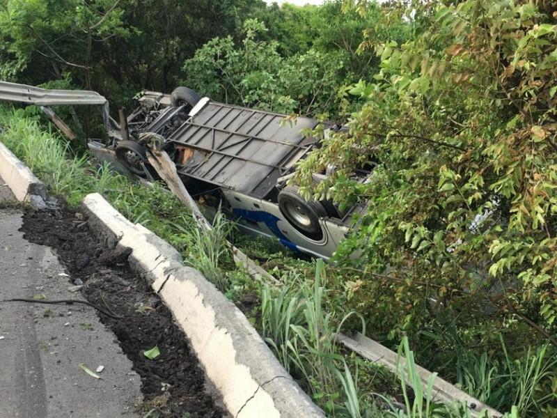 Vuelca autobús en la autopista Tepic-Mazatlán; hay lesionados