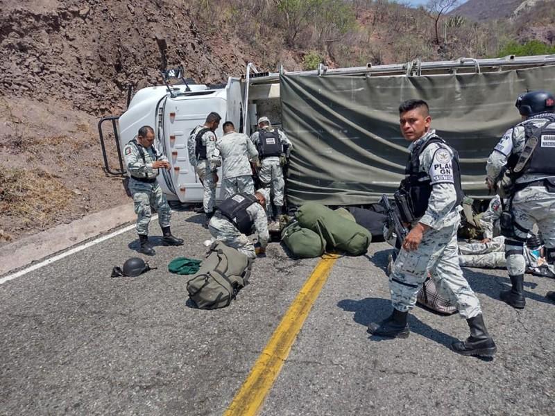 Vuelca camión de la GN en carretera Oaxaca-Istmo