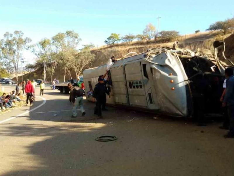 Vuelca camión en Oaxaca, hay varios heridos