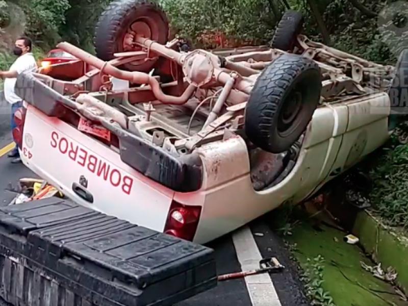 Vuelca camioneta de protección civil en carretera federal 200