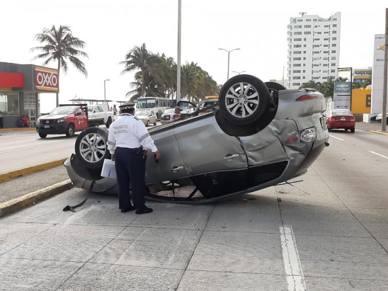 Vuelca camioneta en el Bulevar Miguel Alemán.
