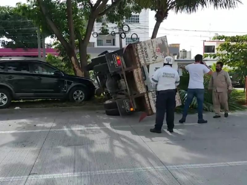 Vuelca camioneta repartidora de gas en Boca del Río