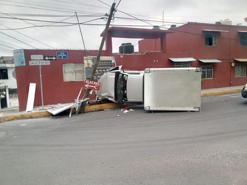 Vuelca camioneta tras intento de fuga; atropelló a ancianito