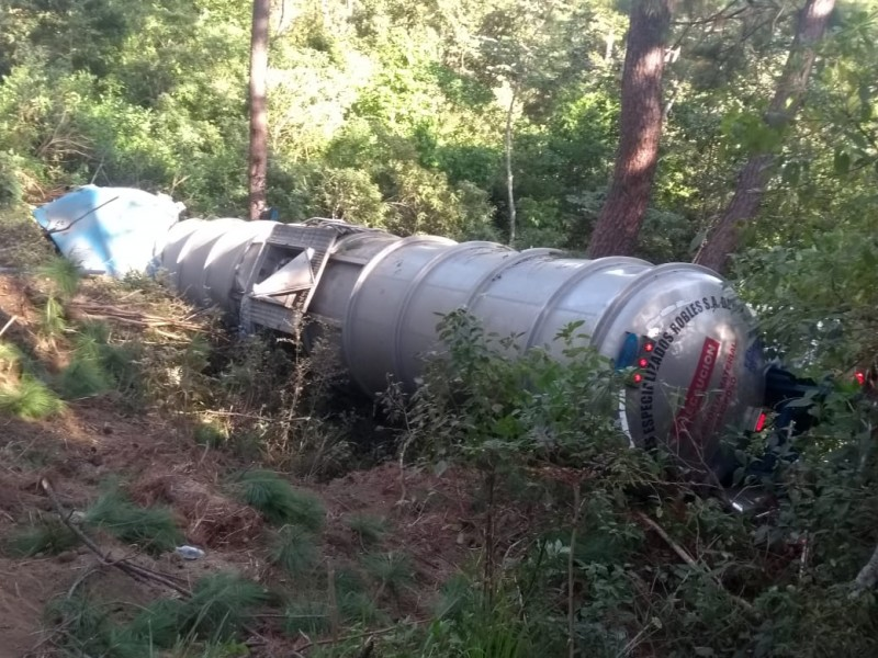 Vuelca pipa con combustible en carretera a Vallarta