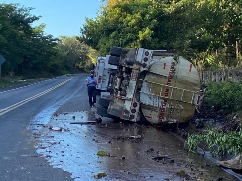 Vuelca pipa de Melaza en la autopista Tepic-Villa Unión