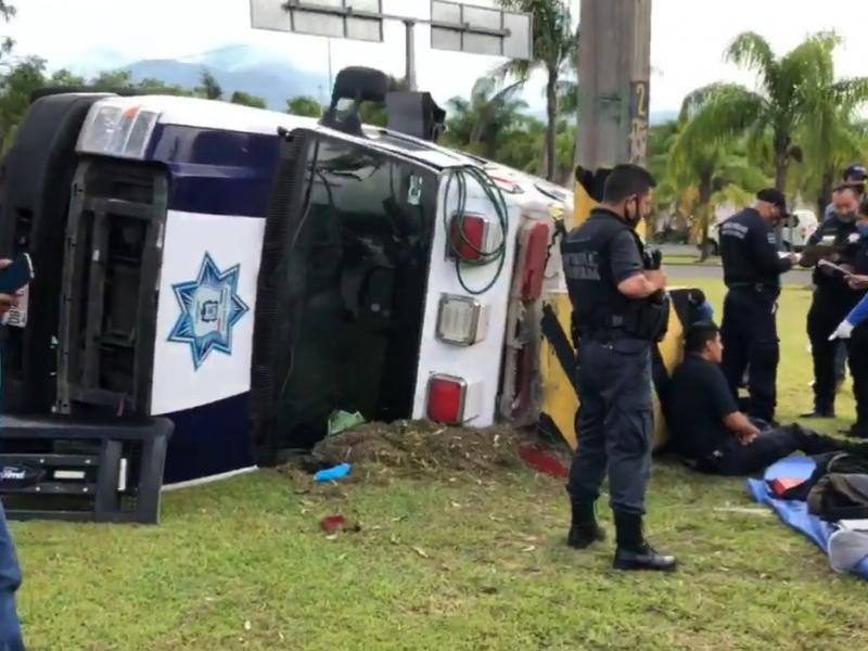 Vuelca unidad médica de la policía estatal