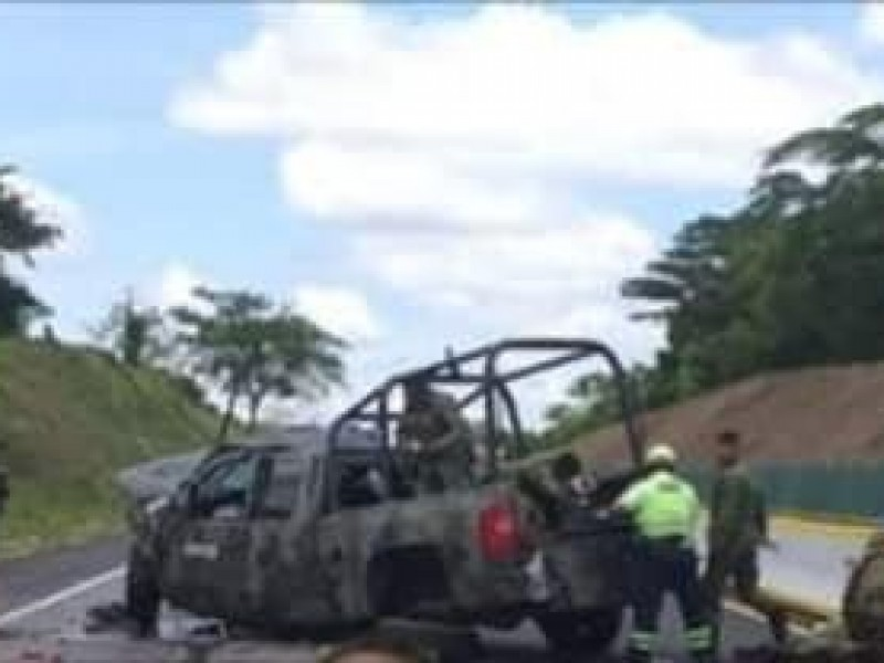Vuelcan militares por trampa de troncos en autopista