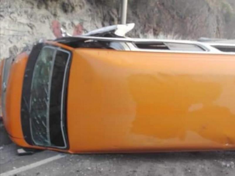 Vuelca combi en la México-Pachuca; 15 lesionados