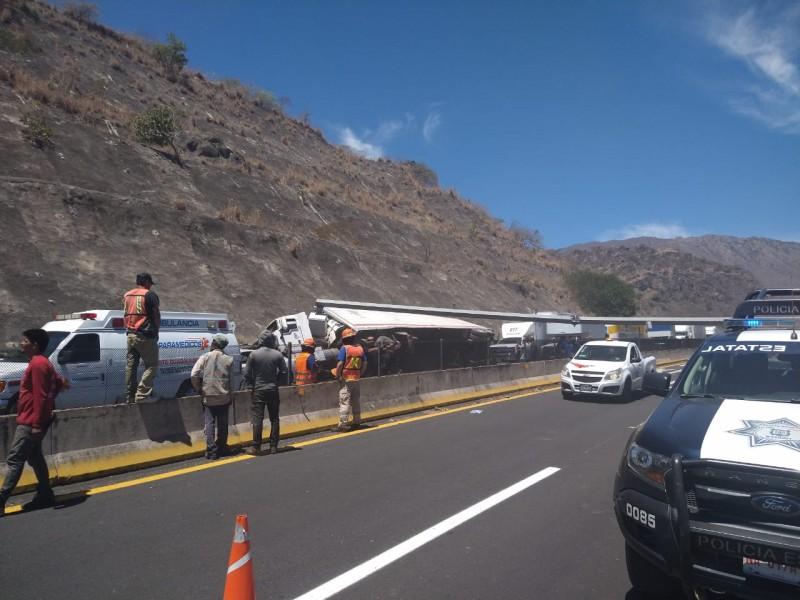 Vuelca tractocamión en autopista Guadalajara-Tepic