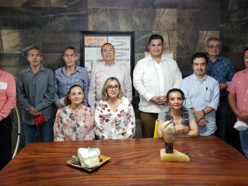 Willy Ochoa se reúne con comunidad intelectual de TG