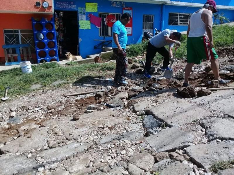 Xalapeños denuncian mal estado de la calle Colima