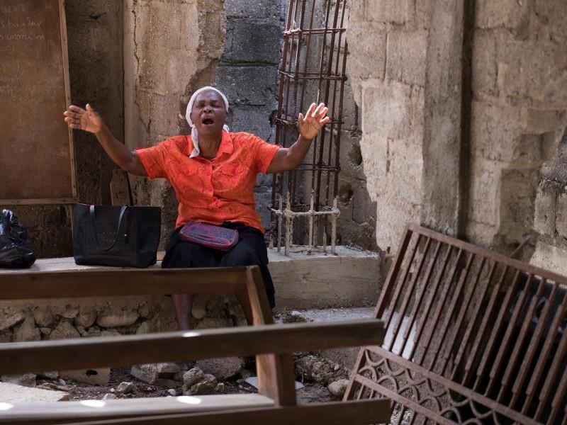 Ya son dos mil 207 muertos tras sismo en Haití