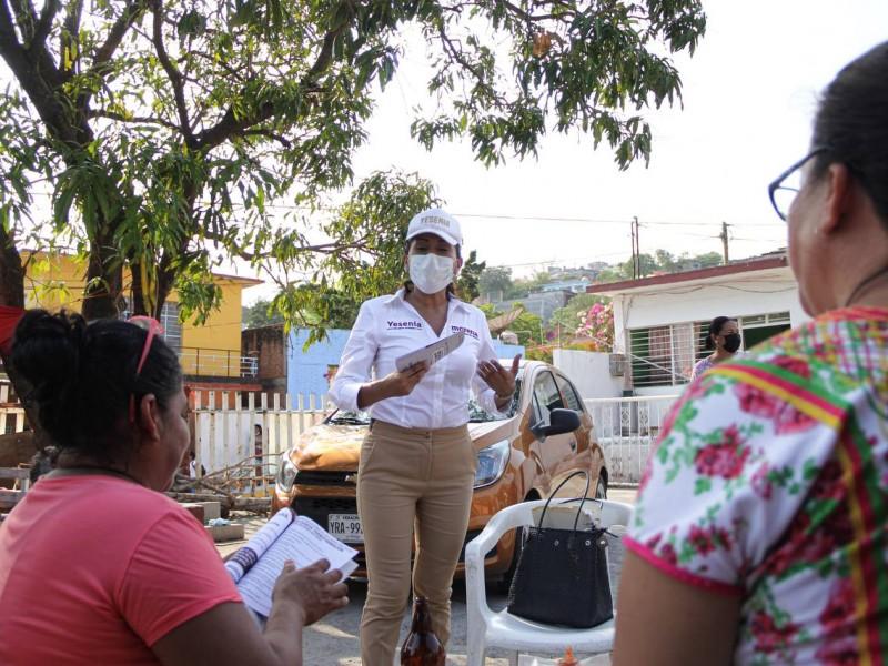 Yesenia Nolasco conoce necesidades de vecinos en Salina Cruz