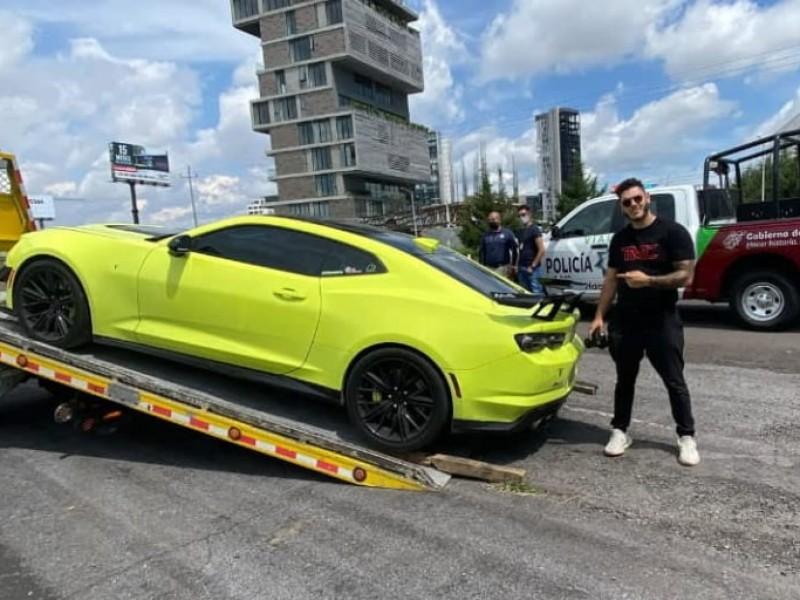 Youtuber posa para fotos mientras decomisan su auto en Puebla