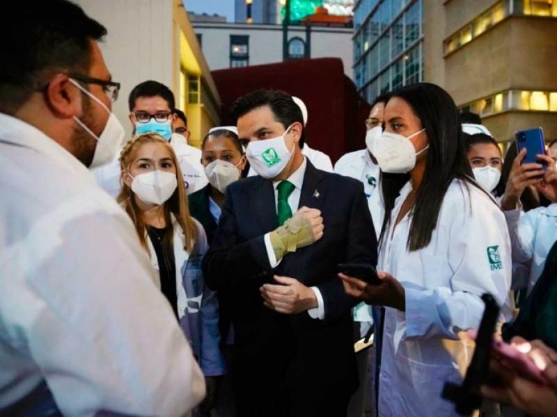 Zoé Robledo recibe a médicos condecorados del IMSS